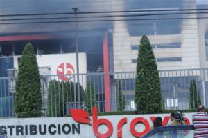 Fuego destruye almacenes de supermercados Bravo