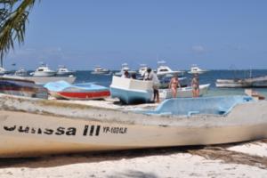 Adompretur respalda medida retiro de botes playa de Bávaro