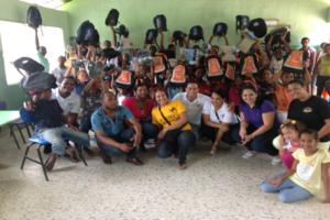 Jóvenes entregan útiles escolares en día internacional de la Juventud
