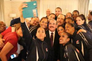 Medina felicita Selección de Voleibol Femenino ganadora medalla de plata