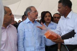 Medina reafirma apoyo a ganaderos de Las Yayas; entrega más de RD$7 millones