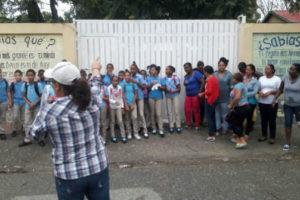 Falta de más de 300 maestros en aula pone en riesgo año escolar en Peravia