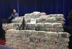 Decomisan 1,026 paquetes de posible cocaína, vehículos y armas de fuego