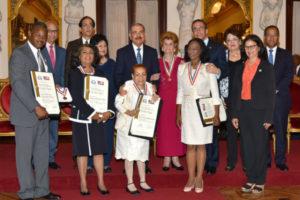 Presidente Medina impone medalla a la excelencia magisterial a cuatro maestras y dos centros educativos
