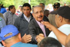 Danilo Medina lleva apoyo a productores de aguacate de Tamboril