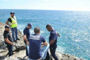 Joven de 24 años se lanza al mar junto a su hijo de cuatro